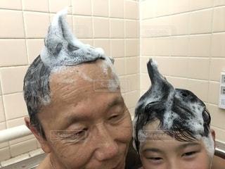 男性,バスルーム,子供,仲良し,人物,人,お風呂,泡,おじいちゃん,祖父,少年,男の子,おそろい,シャンプー,お揃い,髪の毛,頭,バブル,もこもこ