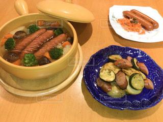 テーブルの上の食べ物の皿の写真・画像素材[2499906]