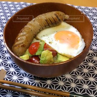 皿の上の食べ物のボウルの写真・画像素材[2508215]