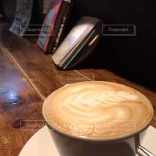 テーブルの上でコーヒーを一杯の写真・画像素材[2895880]