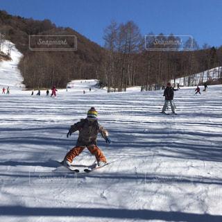 雪に覆われた斜面をスキーで滑るの写真・画像素材[2963093]