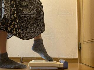 体重計に乗る女の子の写真・画像素材[2317213]