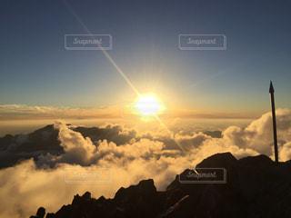 槍と夕陽と雲との写真・画像素材[2003983]