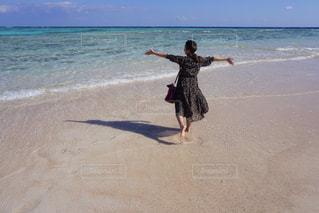 女性,風景,空,後ろ姿,砂浜,波,海岸,人物,背中,人,浜辺,後姿