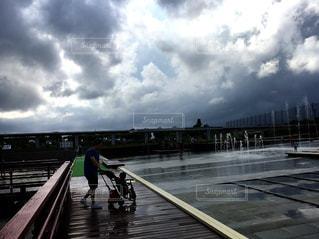 公園,雨,雲,親子,水たまり,噴水,雨上がり,梅雨,パパ,男の子,天気,通り雨,くもり,三輪車,雨の日