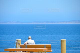 海,空,自転車,海外,青,後ろ姿,帽子,ベンチ,休憩,人物,背中,人,後姿,座る,老人,チャリ,妙齢