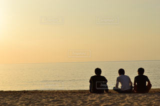 男性,3人,夕日,後ろ姿,砂浜,海岸,男,シルエット,オレンジ,人物,背中,人,後姿,黄昏,思い出,屋久島,男の人