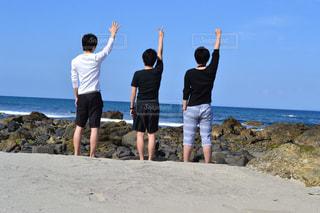 男性,3人,後ろ姿,海岸,男,人物,背中,人,後姿,思い出,屋久島,グー,じゃんけん,チョキ,パー,男の人