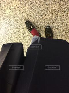 ある靴でテーブルに座っている男の写真・画像素材[2102292]