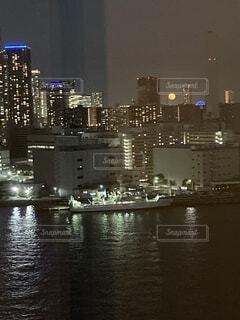 自然,風景,空,建物,夜景,屋外,ボート,後ろ姿,水面,都市,髪型,タワー,月,人,高層ビル,ロングヘアー,明るい,カラー,back,月moon,月 夜景 ビル 水面 満月