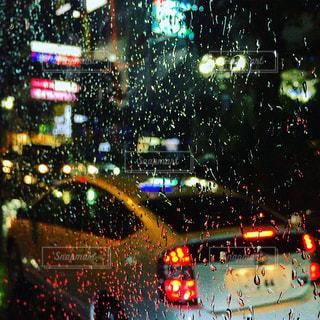 夜,夜景,雨,車,水滴,道路,ライト,ガラス,光,テールランプ,ランプ,道,窓ガラス,雫,帰路,ガラス越し