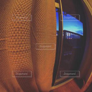 窓際のカーテンと夕闇の風景の写真・画像素材[2188366]