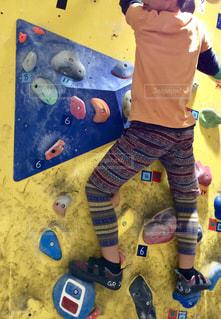 ボルダリングする男の子の写真・画像素材[2246619]