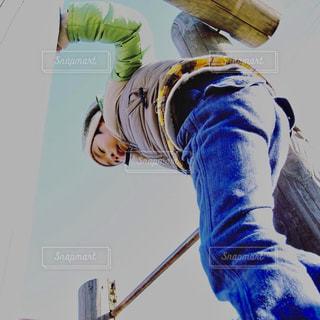 遊具で遊ぶ青いパンツの男の子の写真・画像素材[2270395]