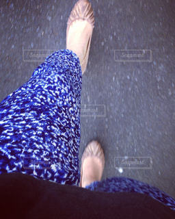 歩く女性の脚元コーデの写真・画像素材[2270409]