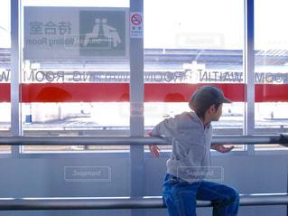 電車を待つ青いパンツの男の子の写真・画像素材[2270443]
