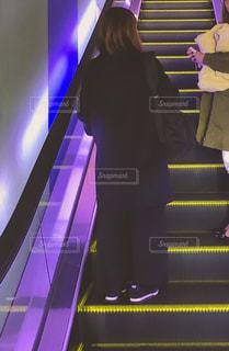 エスカレーターで移動中、会話する女性の写真・画像素材[2514187]