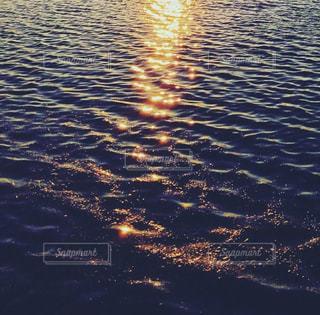 夕焼けの下の水面の写真・画像素材[2625705]