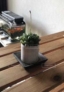 木製のテーブルの上に座っている花瓶の写真・画像素材[2744185]