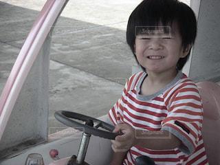 運転ごっこする男の子の写真・画像素材[2925073]