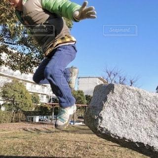 元気にジャンプする男の子の写真・画像素材[2993037]