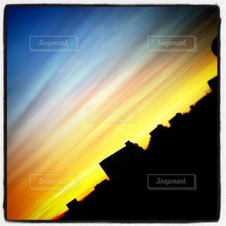 夕焼けと街並みのシルエットの写真・画像素材[2993167]