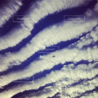シマシマの雲・地震雲・飛行機のシルエットの写真・画像素材[2993199]