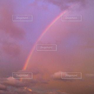 ピンクの空、虹の写真・画像素材[2993201]