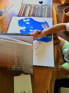 テーブルでお絵描きするこどもの写真・画像素材[3231383]