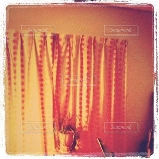 オレンジ色の模様のカーテンの写真・画像素材[3315530]