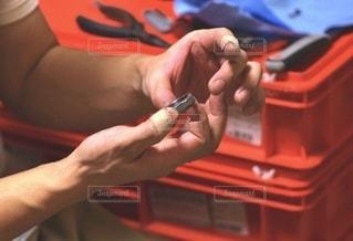 ナットを持つ男性の手元の写真・画像素材[3337643]