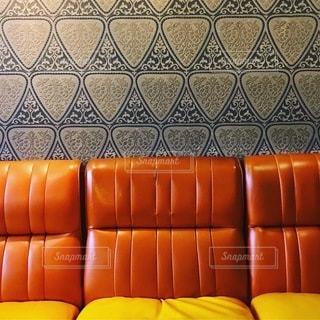 レトロなソファと壁紙のインテリアの写真・画像素材[3391006]