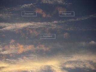 ピンクの雲が浮かぶ空の写真・画像素材[3391253]