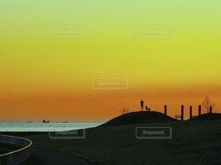 夕焼けと人影の写真・画像素材[3391264]