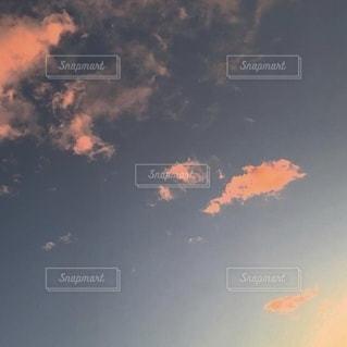 青い空に浮かぶ夕焼けに染まる雲の写真・画像素材[3479517]