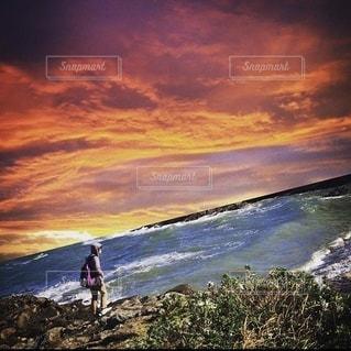 夕焼け空と海辺と人物の風景の写真・画像素材[3485732]