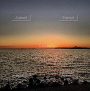 水平線と夕焼けの写真・画像素材[3485731]