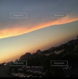 夕日に染まる細長い雲の写真・画像素材[3485797]