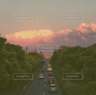 夕日に染まる夏の雲と道路の風景の写真・画像素材[3485801]