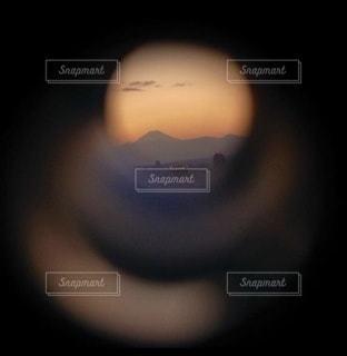 望遠鏡を覗いて見た富士山の写真・画像素材[3485800]