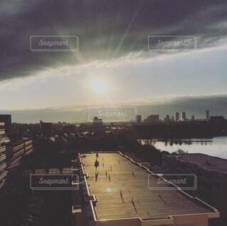 雲の切れ間からのぞく朝日と街並みの写真・画像素材[4418447]