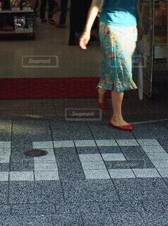 夏らしい装いの女性の足元の写真・画像素材[4640615]