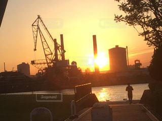 日没時のランニングの写真・画像素材[2112559]