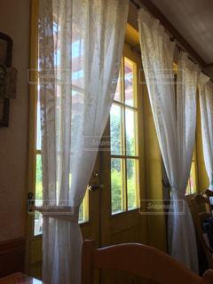 窓の横にあるシャワーカーテンの写真・画像素材[2171000]