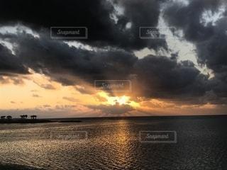 沖縄、備瀬の夕暮れの写真・画像素材[2013612]