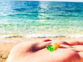砂浜で宝探しの写真・画像素材[2031885]