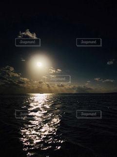 太陽と海の写真・画像素材[2072795]