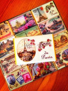 カラフル,テーブル,箱,旅行,フランス,パリ,お菓子,チョコレート,可愛い,エッフェル塔,お土産,海外旅行,パステルカラー,おしゃれ,ファンシー