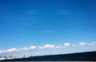 快晴の大空に一列に並ぶ雲の写真・画像素材[2444639]