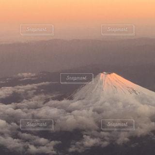 空から朝焼けに輝く富士山の写真・画像素材[2011754]